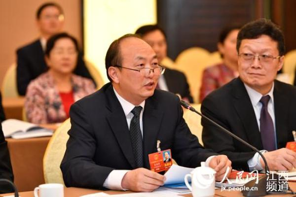 全国人大代表、江西师范大学附属中学校长张国新(左)人民日报客户端 图